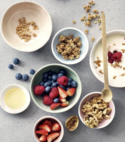 Reichhaltiges Frühstück mit Früchten und Nüssen
